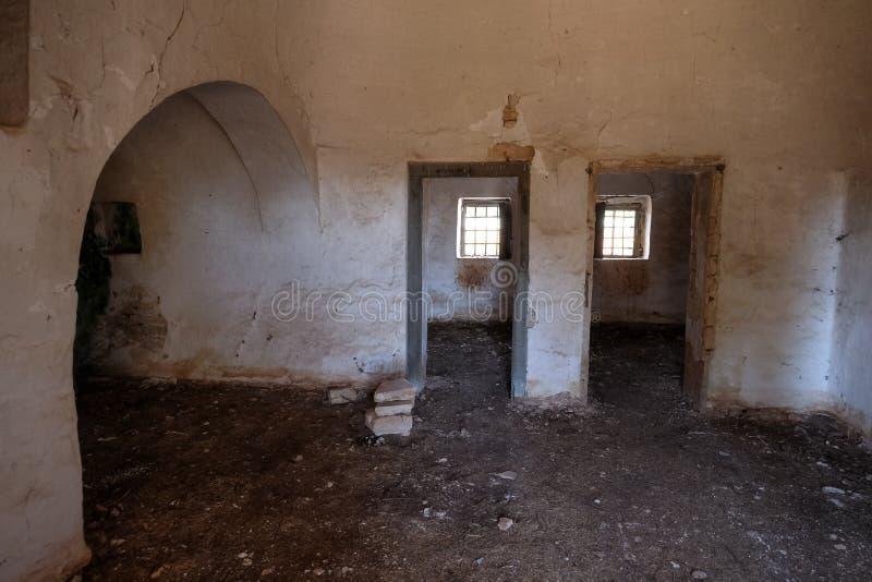 Inre av det gamla övergav Trulli huset med åtskilliga koniska tak i området av Cisternino/Alberobello i Puglia Italien royaltyfria bilder