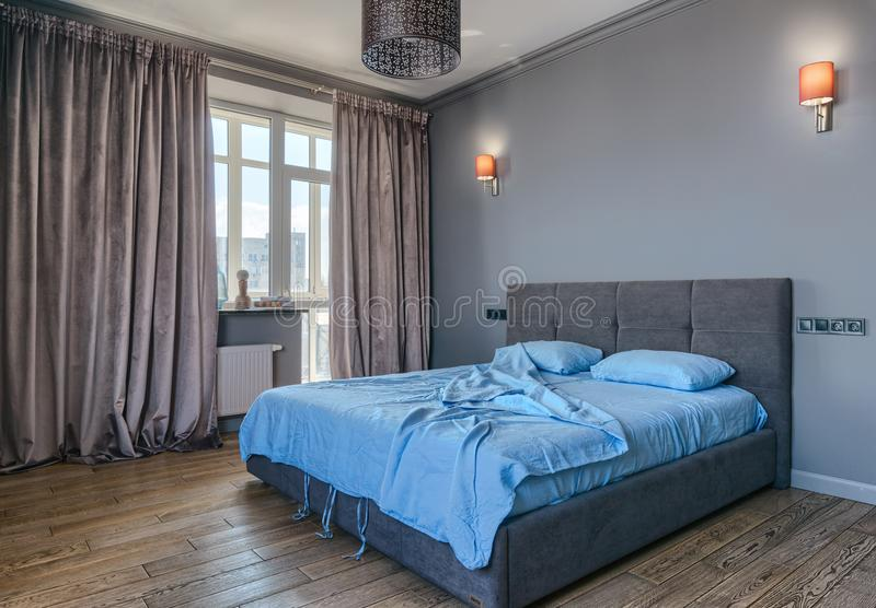 Inre av det gråa klassiska sovrummet arkivfoto