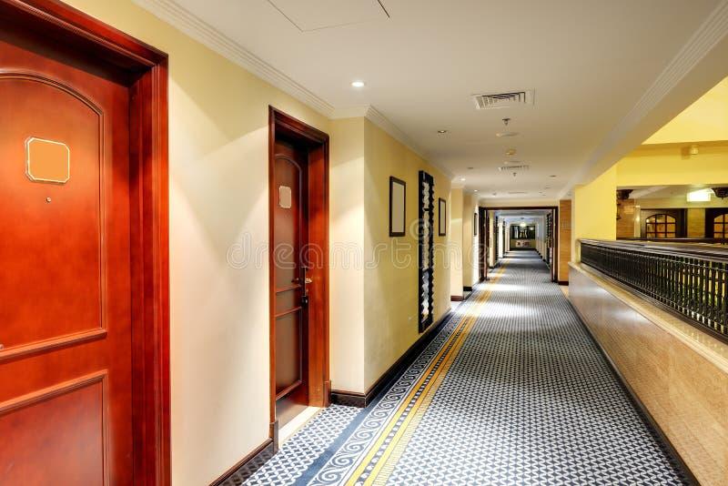 Inre av det lyxiga hotellet i nattbelysning arkivbild