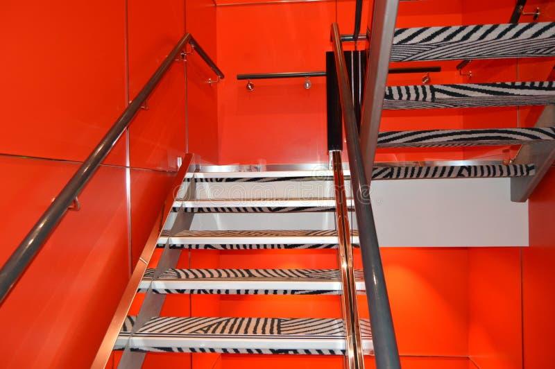 Inre av det lyxiga kryssningskeppet, trappan och väggar är röda arkivfoto