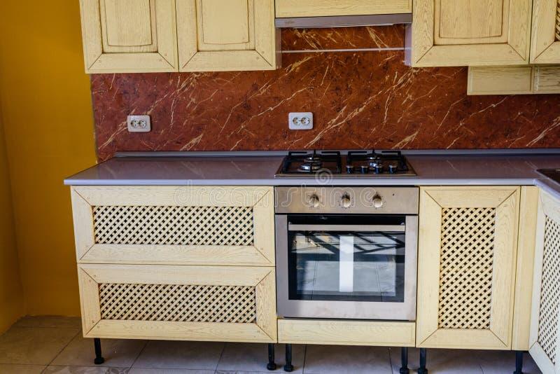 Inre av det moderna köket i nytt hus royaltyfri fotografi