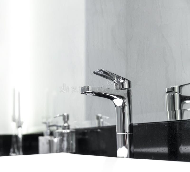 Inre av det moderna lyxiga badrummet med vaskvattenkranen i lyxigt hotell arkivbild