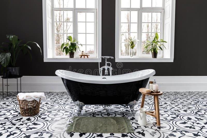 Inre av det moderna lyxiga minimalistic badrummet med f?nstret royaltyfria foton