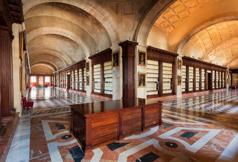 Inre av det 16th århundradet Archivo Allmän de Indias med korridorer, spansk renässansarkitektur arkivfoton