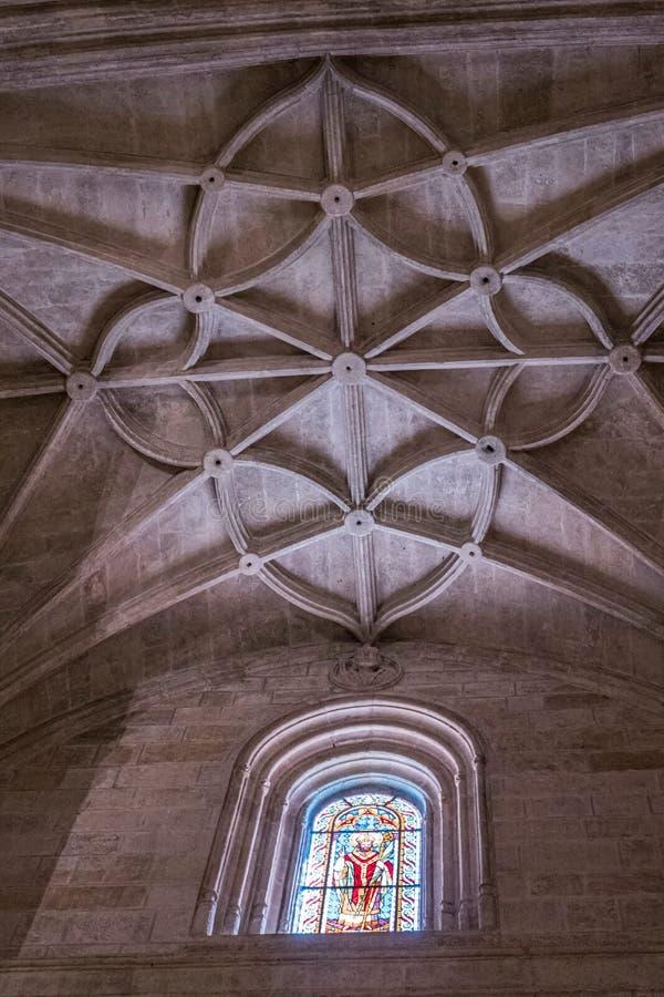 Inre av domkyrkan av inkarnationen, detalj av valvet som bildas av spetsiga bågar, unik natur av fästningen som byggs i 16th arkivfoto