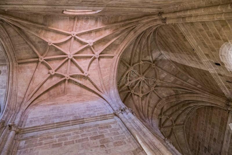 Inre av domkyrkan av inkarnationen, detalj av valvet som bildas av spetsiga bågar, unik natur av fästningen som byggs i 16th arkivbild