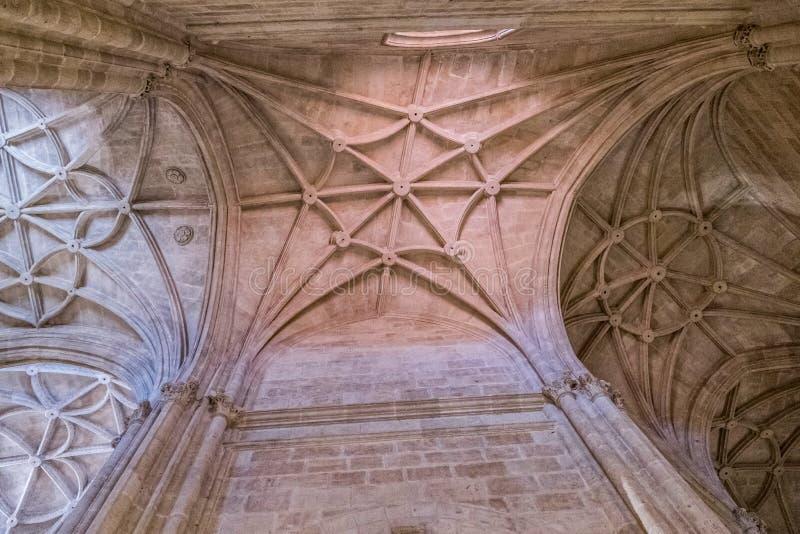 Inre av domkyrkan av inkarnationen, detalj av valvet som bildas av spetsiga bågar, unik natur av fästningen som byggs i 16th royaltyfri foto