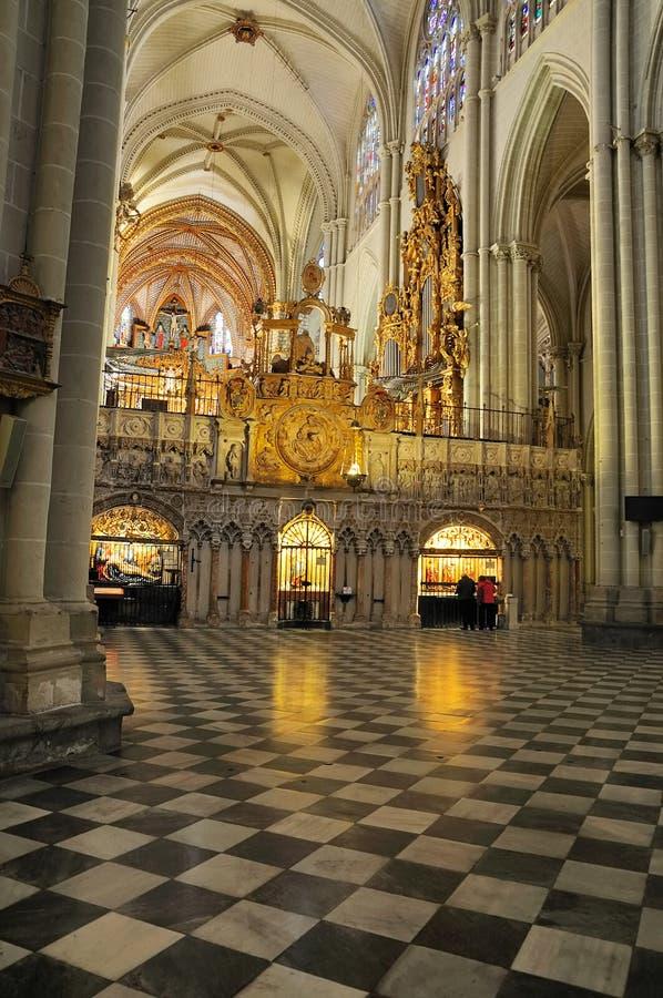 Inre av domkyrkan av Toledo arkivfoto