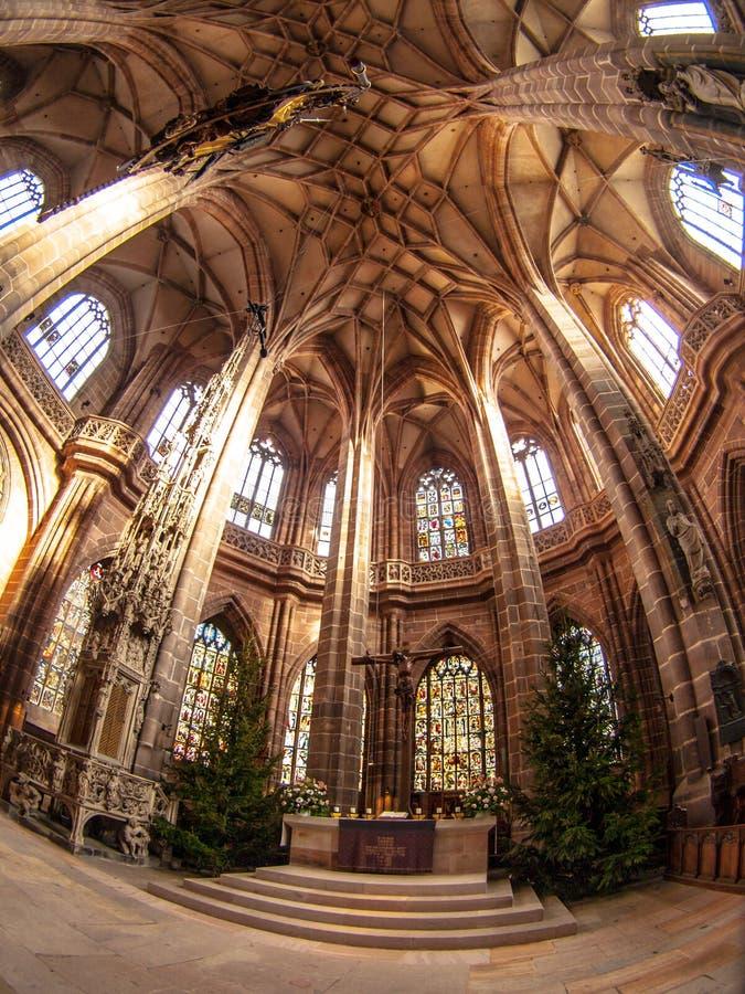 Inre av domkyrkan för St Lorenz, Nuremberg, Tyskland arkivfoto
