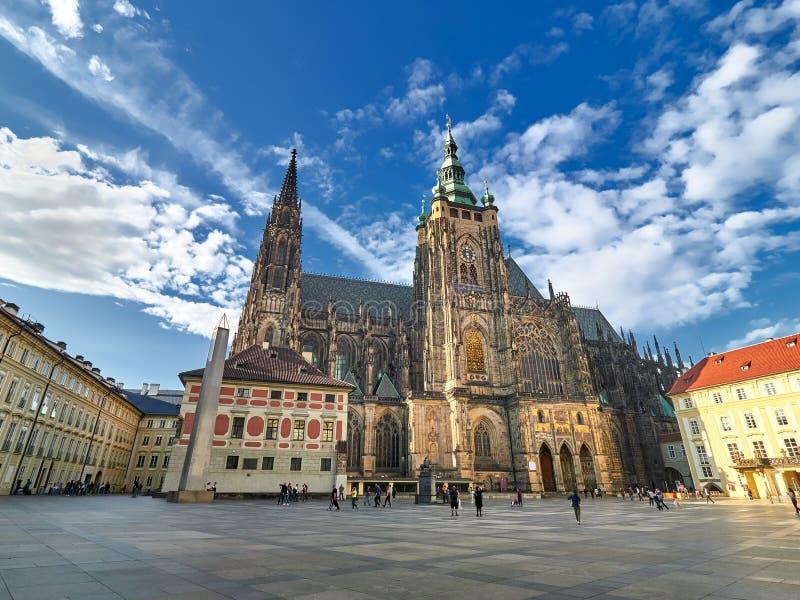 Inre av domkyrkan för St Vitus i den Prague slotten, Prague, Tjeckien royaltyfria bilder