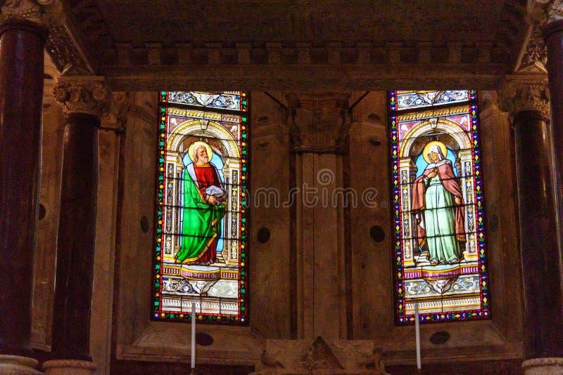 Inre av domkyrkan av helgonet Lawrence i Genua italy arkivbilder