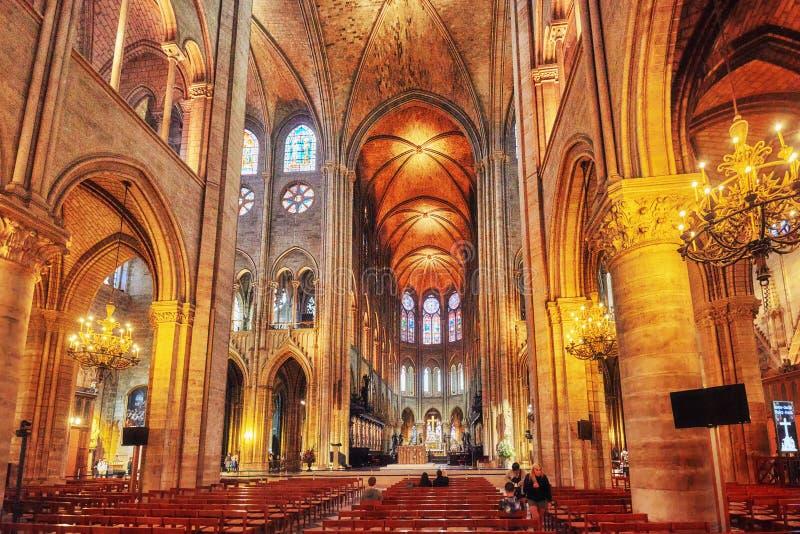 Inre av en av de äldsta domkyrkorna i Europa Notre Dame de Paris arkivfoto