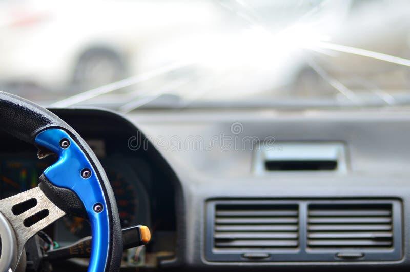 Inre av en bil under en trafikolycka royaltyfri bild