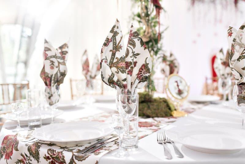 Inre av en brölloptältgarnering som är klar för gäster Den tjänade som runda banketttabellen som är utomhus- i den dekorerade sto arkivfoto