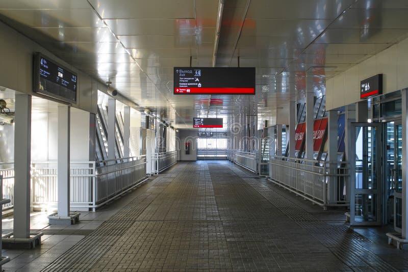 Inre av en fot- bro för drevpassagerare i den Kazan järnvägsstationen royaltyfria bilder