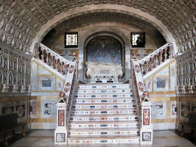 Inre av en gammal katolsk kyrka i Cagliari royaltyfria foton