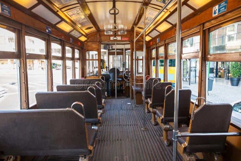 Inre av en gammal Lissabon spårvagn arkivbilder