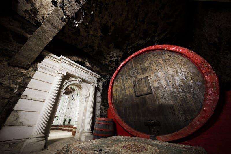 Inre av en gammal vinkällare, en stor trumma arkivfoton