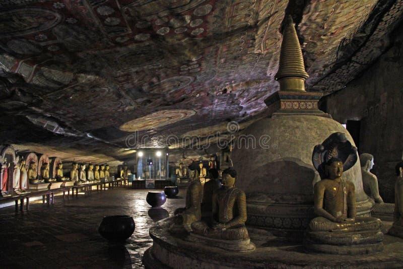 Inre av en av grottorna i den Dambulla grottatemplet i Sri Lanka royaltyfri foto