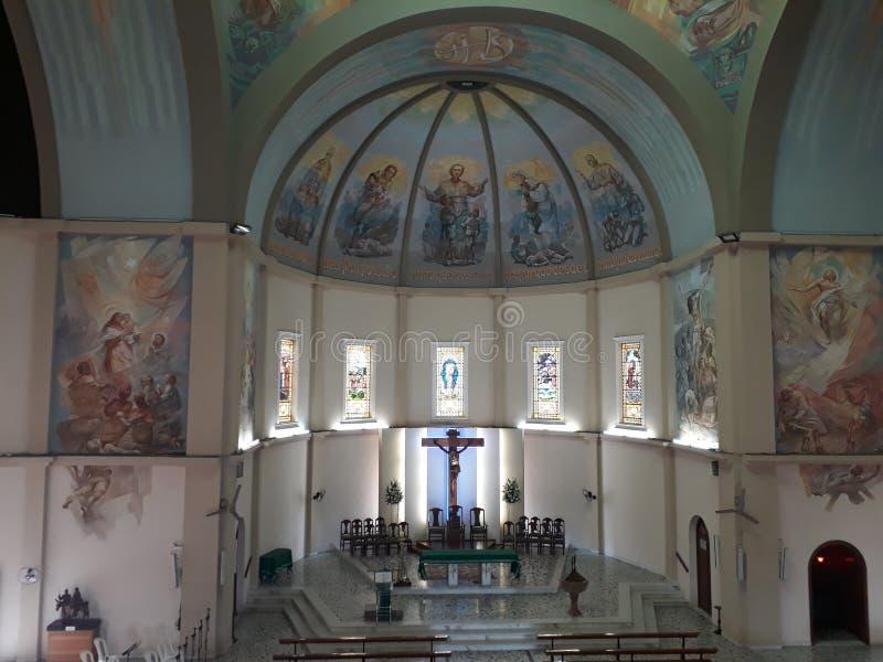 Inre av en härlig basilika royaltyfri foto
