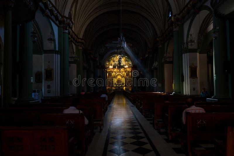 Inre av en katolsk kyrka i Lima royaltyfri fotografi