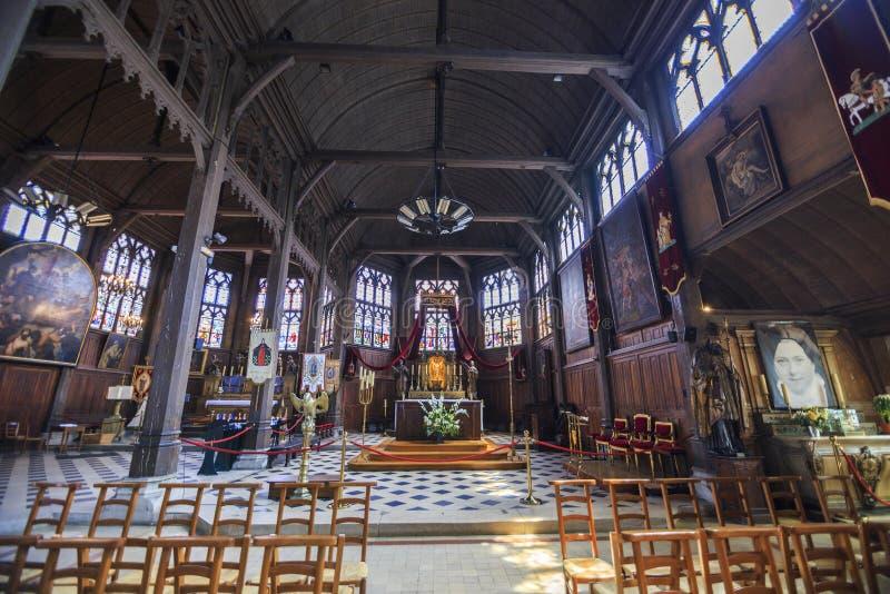 Inre av en kyrka i Honfleur Normandie Frankrike fotografering för bildbyråer
