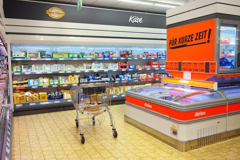 Inre av en Lidl supermarket royaltyfri fotografi