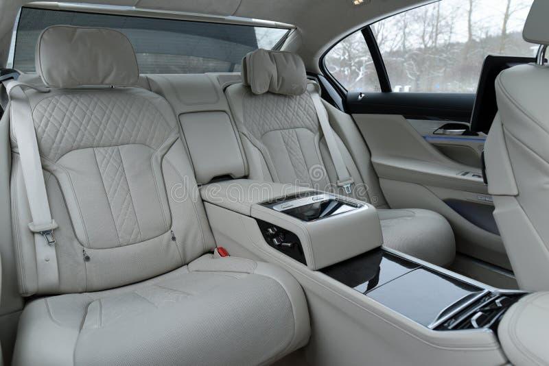 Inre av en lyxig bil, bakre plats royaltyfria foton