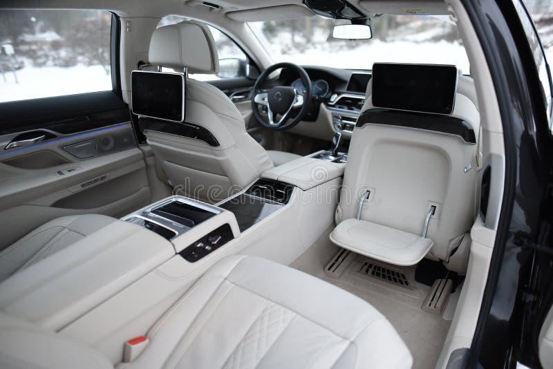 Inre av en lyxig bil, med den privata chauffören arkivfoton