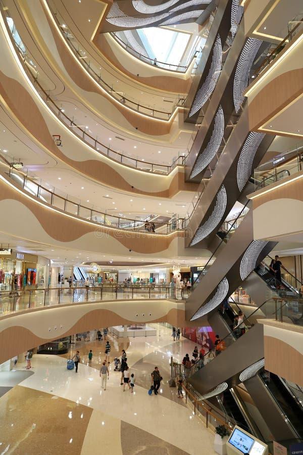 Inre av en massiv shoppinggalleria i shanghai fotografering för bildbyråer