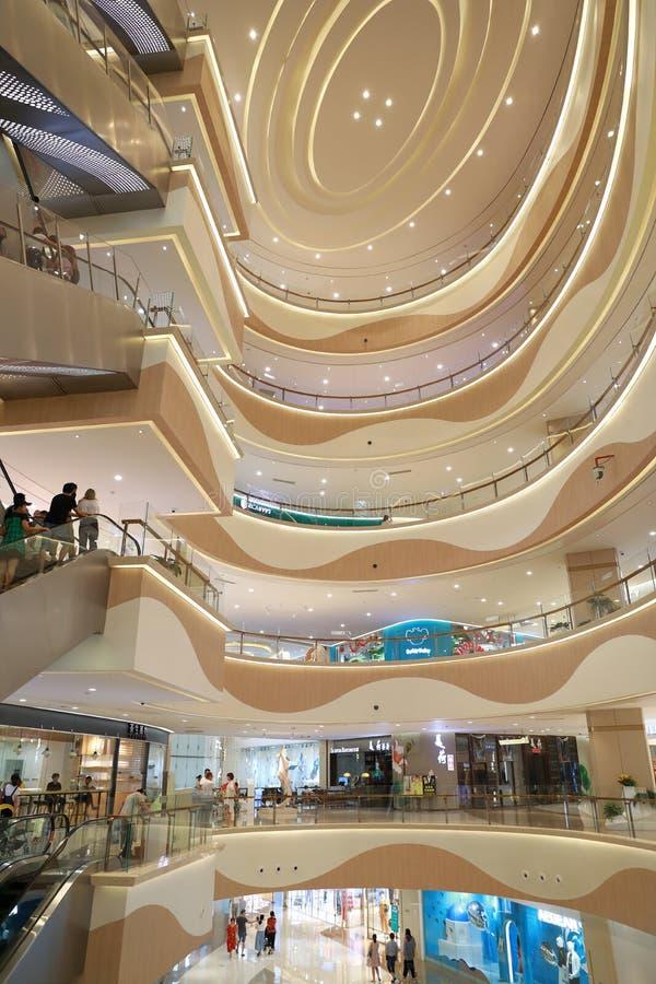 Inre av en massiv shoppinggalleria i shanghai royaltyfri foto