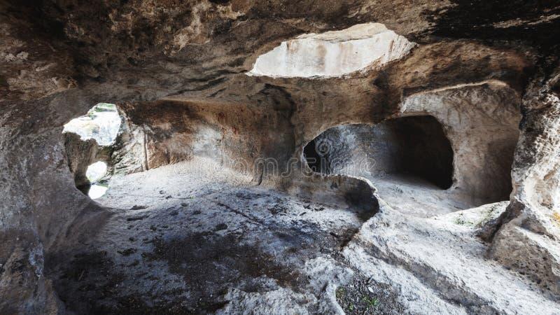 Inre av en medeltida grottastenboning, Krim, Ryssland arkivfoto