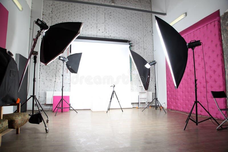 Inre av en modern fotovideostudio fotografering för bildbyråer