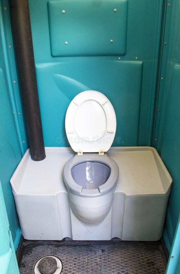 Inre av en offentlig toilette royaltyfria bilder