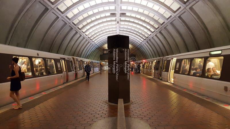 Inre av en plattform för WMATA-gångtunnelstation med passagerare och två drev royaltyfria foton