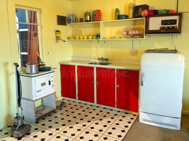 Inre av ett gammalt kök för grupperingsferiehem i Nya Zeeland arkivbilder
