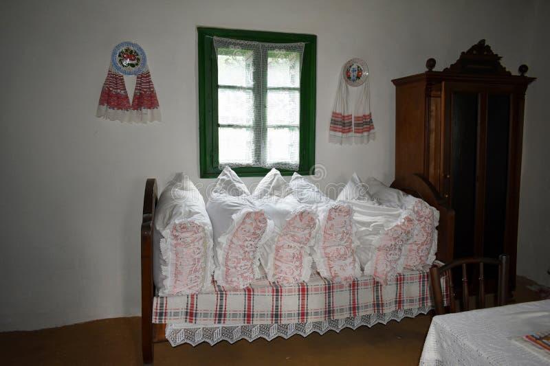 Inre av ett gammalt traditionellt rumänskt hus på det Astra museet i Sibiu, Rumänien arkivfoton