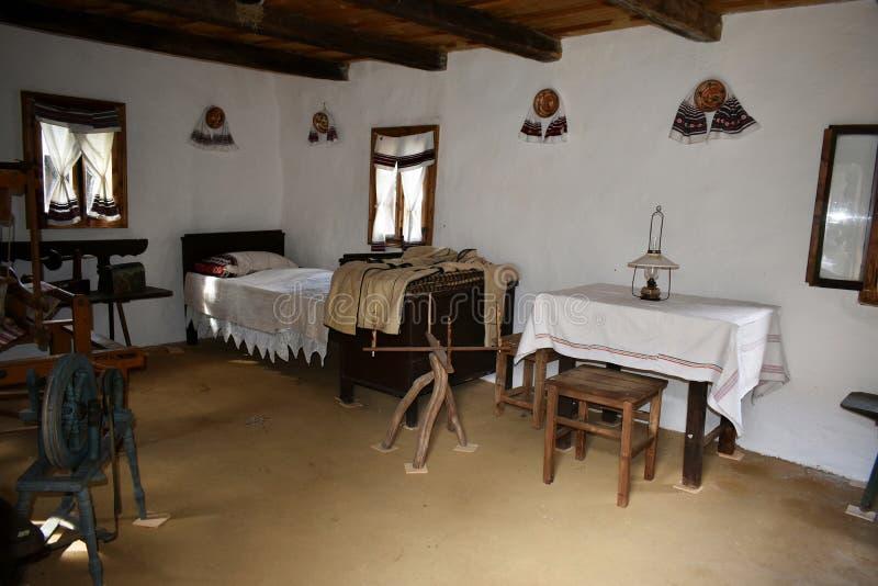 Inre av ett gammalt traditionellt rumänskt hus på det Astra museet i Sibiu, Rumänien arkivbild