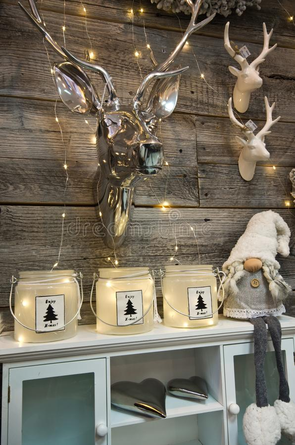 Inre av ett hem preciserar sina anklagelser mot shoppar med juldecoratoins arkivfoton