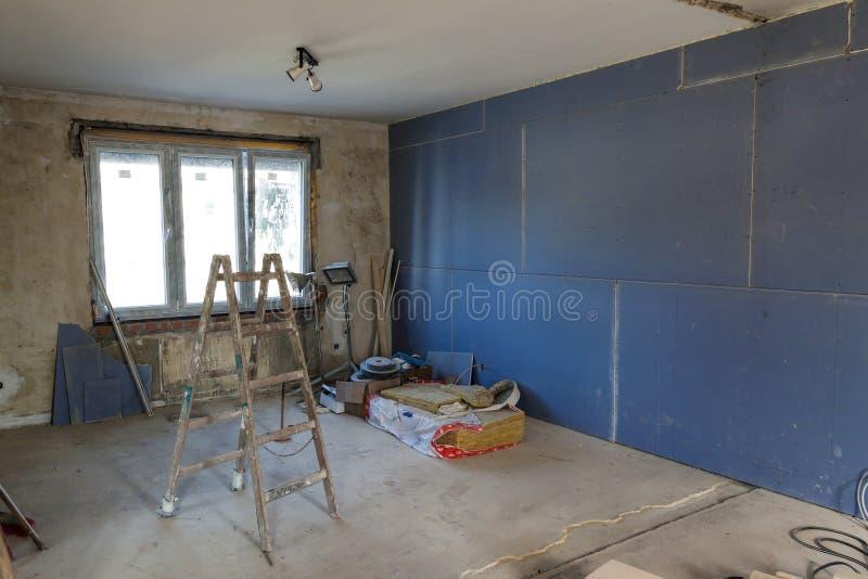Inre av ett hus under konstruktion Renovering av en apartme arkivbilder