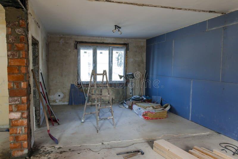 Inre av ett hus under konstruktion Renovering av en apartme royaltyfri bild