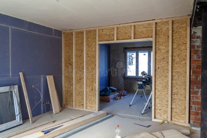 Inre av ett hus under konstruktion Renovering av en apartme royaltyfria bilder