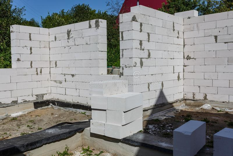 inre av ett landshus under konstruktion Plats som väggarna byggs på av konkreta kvarter för gas arkivbild