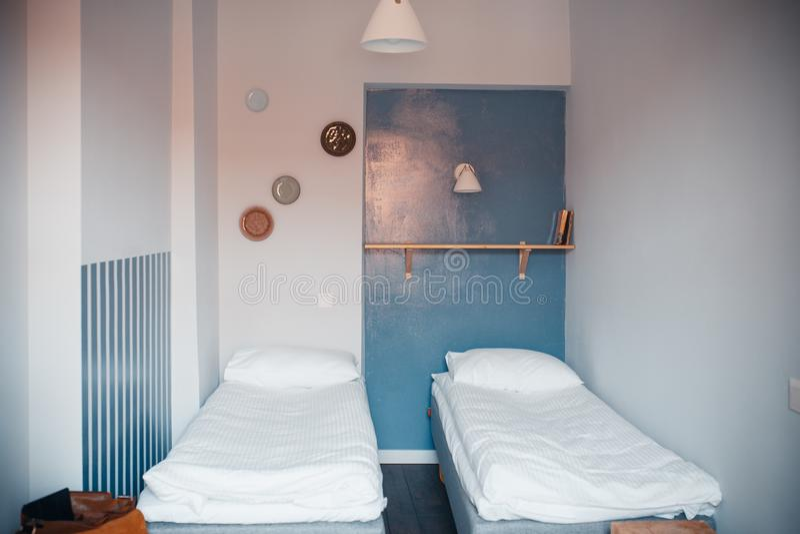 Inre av ett litet rum med två sängar royaltyfri foto