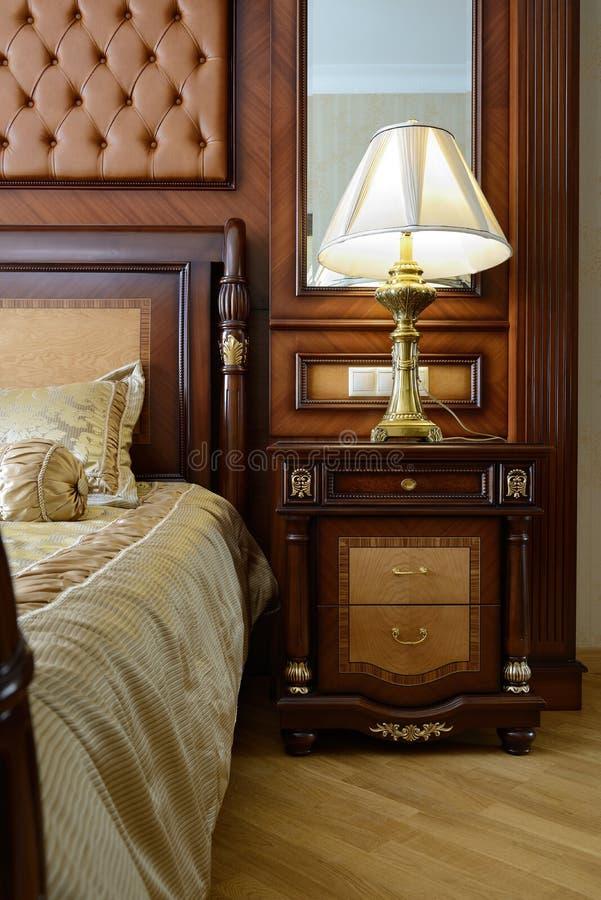 Inre av ett lyxigt sovrum royaltyfri foto