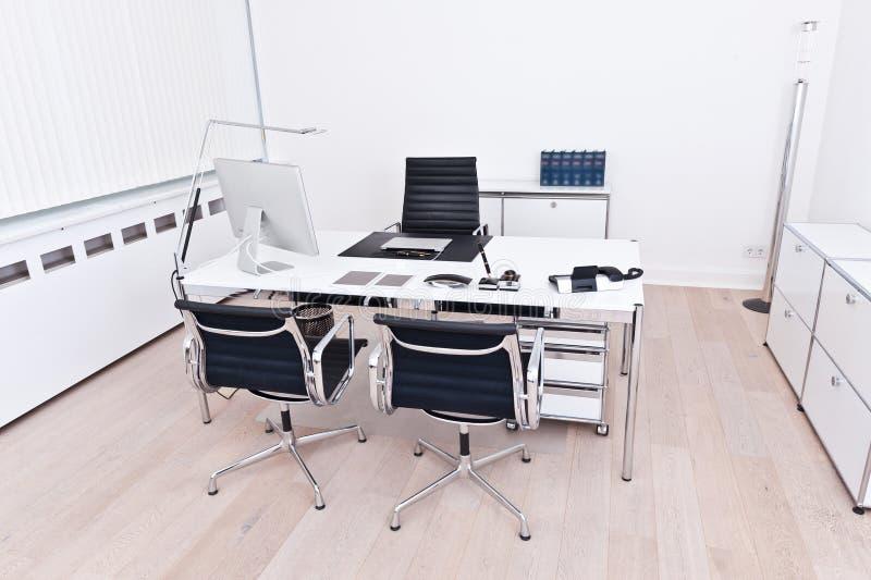 Inre av ett modernt och rent kontor arkivfoton