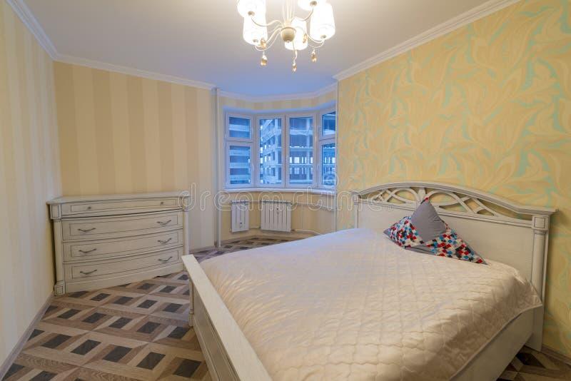 Inre av ett modernt sovrum royaltyfria foton