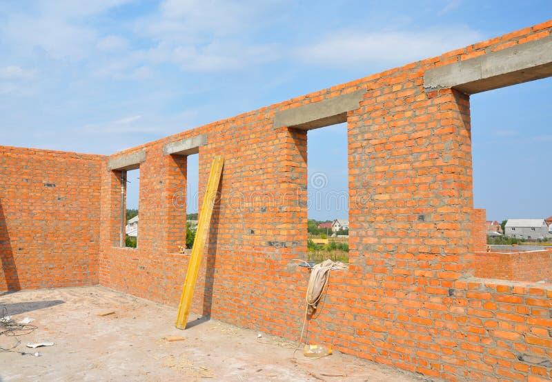 Inre av ett oavslutat hus för röd tegelsten under konstruktion royaltyfria foton