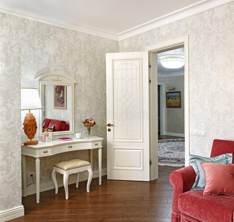 Inre av ett sovrum i en klassisk stil, med en dressingtabell, royaltyfria bilder