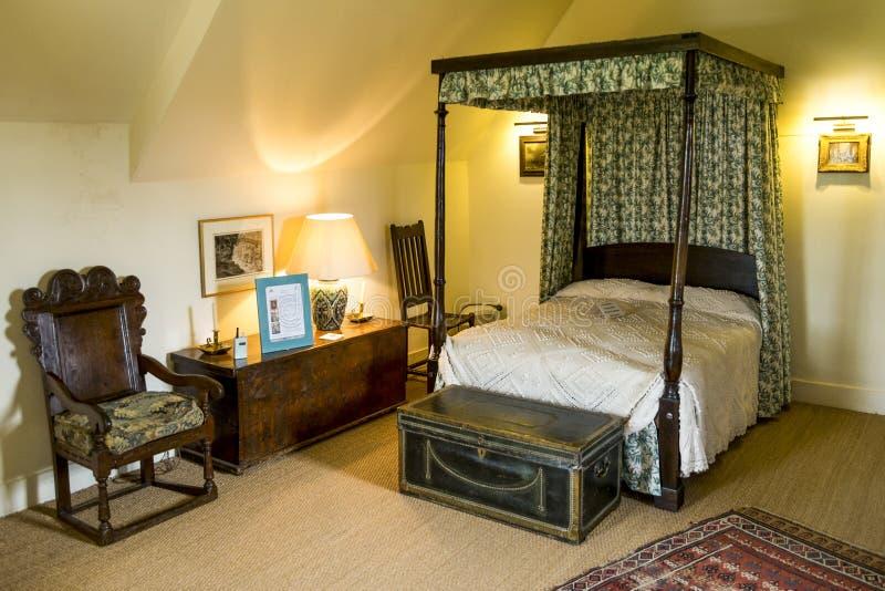 Inre av ett av sovrummen i den Crathes slotten nära Banchory, Skottland arkivfoto